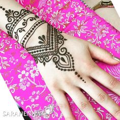 Top Arabic Mehndi Designs Best known for their free-flowing trails and modish appearance, Arabic mehndi designs have an unparal. Mehandi Henna, Jagua Henna, Henna Tattoo Hand, Mehendi, Hand Tattoos, Henna Art, Henna Tattoo Designs Simple, Beautiful Henna Designs, Simplistic Tattoos