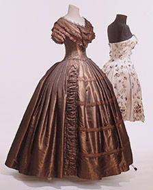 Vestido de fiesta de 1845/50, de color marrón oscuro de seda de tafetán, volantes, canutillos, vestido de cóctel de satén, 1950 rosado, flores de seda con adornos de tela, pedrería y abalorios