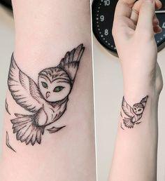 owl tattoo for women small * owl tattoo ` owl tattoo design ` owl tattoo for women ` owl tattoo drawings ` owl tattoo men ` owl tattoo small ` owl tattoo for women small ` owl tattoo sleeve Owl Foot Tattoos, Tiny Owl Tattoo, Cute Owl Tattoo, Owl Tattoo Drawings, Owl Tattoo Design, Animal Tattoos, Body Art Tattoos, New Tattoos, Owl Tattoo Wrist
