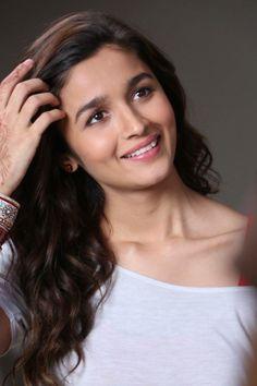 Alia Bhatt It's So Very Sweet Smile is cute look 💖 Bollywood Photos, Indian Bollywood Actress, Bollywood Girls, Beautiful Bollywood Actress, Bollywood Stars, Beautiful Indian Actress, Beautiful Actresses, Bollywood Heroine, Hot Actresses