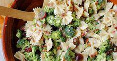 Delikátní těstovinový salát s červenými hrozny, ořechy a slaninou
