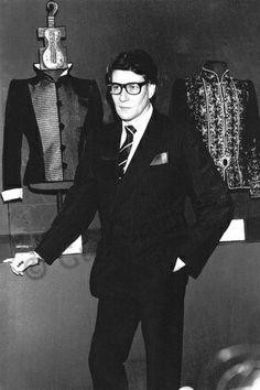 Yves Saint Laurent lors d une exposition en 1986. Photo Guy Marineau