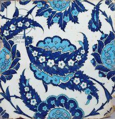 İznik seramik karo, Ashmolean Museum of Art, (Erdinç Bakla arşivi) Turkish Tiles, Turkish Art, Pottery Patterns, Tile Patterns, Islamic Tiles, Islamic Art, Pottery Painting, Silk Painting, Contemporary Tile