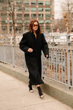 Christine Centenera via Vogue Spain (Fashion Gone rouge) New York Fashion Week Street Style, Autumn Street Style, Cool Street Fashion, Street Style Looks, Edgy Outfits, Fall Outfits, Fashion Gone Rouge, All Black Fashion, Vogue Spain