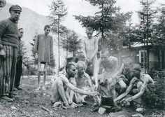 Jóvenes sobrevivientes cicubab en el recinto secundario de Ebensee dos días después de la liberación de 1945