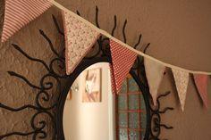 DIY : un tuto couture pour les débutants avec une guirlande de fanions en tissu. Cette banderole apportera une touche cosy à ta décoration.