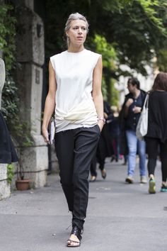 Sarah Harris of Brtish Vogue looking as chic as ever at #MFW.