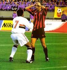 """1993- Final no Japão empatada em 2 a 2, até que aos 41 minutos do segundo tempo, o calcanhar espírita do eterno Menudo, decidiria o jogo. """"Questo gol é per te, buffone""""! A frase de Muller para o rossonero Costacurta, marcaria para sempre o bimundial tricolor."""