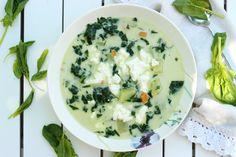 Zupa szpinakowa z serem feta - ze świeżego szpinaku, który trzeba porządnie wypłukać przed gotowaniem. Wiosna na talerzu ma zielony kolor!
