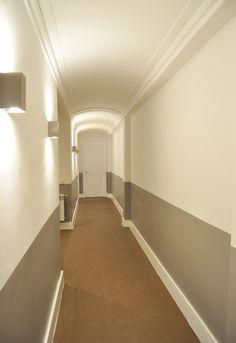 Pasillo zócalo pintado, moldura, iluminación indirecta, suelo bolon, homeyourhouse