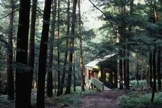 I find most of Bohlin Cywinski Jackson's work too grandiose, but this forest retreat, designed for Peter Bohlin's parents, is beautiful.