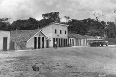 Vista de construções, vilas e comunidades que surgiram ou se desenvolveram com a construção da Rodovia Belém-Brasília (Brasília BR-010) em 1966.