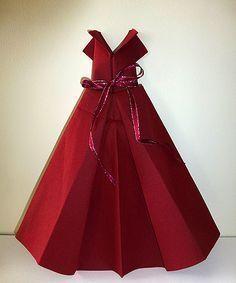 Pliage de serviette en papier robe & plliages pour toutes les occasions Toilet Paper Origami, Fabric Origami, Origami Folding, Napkin Folding, Table Origami, Wedding Table Decorations, Wedding Table Settings, Decoration Table, Oragami