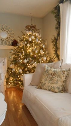 Beautiful Gold and white Christmas tree White Christmas Trees, Christmas Tree Themes, Noel Christmas, Merry Little Christmas, Beautiful Christmas, Winter Christmas, Green Christmas, Burlap Christmas, Real Xmas Trees