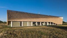Alle Häuser haben Dächer, das ist bekannt. Doch dieses Haus in Litauen macht aus dieser Tatsache ein Statement.