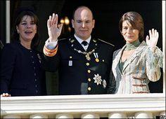 El príncipe Alberto Ii de Mónaco, el día de su investidura, junto a sus hermanas las princesas Carolina y Stéphanie.