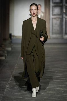 Jil Sander Spring 2020 Ready-to-Wear Fashion Show - Vogue Jil Sander, Fashion 2020, Runway Fashion, Womens Fashion, Milan Fashion, Modest Fashion, Fashion Outfits, Color Style, Jacquemus