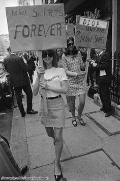 Chicas inglesas protestando a las afueras de la casa de Christian Dior en favor de las minifaldas. Año 1966