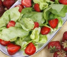 ZIELONA SAŁATA Z TRUSKAWKAMI  Składniki:  1 mała główka sałaty zielonej 2 łyżki oliwy z oliwek 1 łyżeczka sosu sałatkowego 15-20 dag truskawek Wykonanie:  http://siostra-anastazja.pl/przepis/zielona-salata-z-truskawkami.htm  green salad with strawberries, salad, polish cuisine