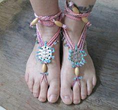 Eine böhmische Strand-Göttin mit diese Boho Hochzeit barfuß Sandalen sein. Diese wäre perfekt für eine Hochzeit am Strand oder sogar einen