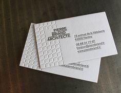 mpression cartes de visite letterpress >> recto seul 1 couleur + 1 débossage sans couleur sur papier Colorplan 540g. Couleur sur tranches. Création graphique : Silvain Joblin / Les Designers Graphiques pour PIERRE BRIAND ARCHITECTE
