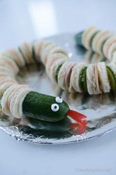 Hej hej Vi har ju ofta bjudningar och vänner över, kul tycker både stora och små. Häromsistens gjorde jag denna orm som tilltugg till barnen (idé från någon tidning jag klippt ut och inte minns vil…