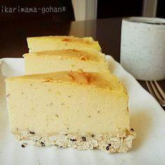 スイートポテト+チーズケーキ(*´`) ボトムはいつものバター無しボトムにゴマin♡    作り方 0 お湯を沸かす。 ボトムを作る、クラッカーを砕き薄力粉、ゴマと合わせたら牛乳を加える。 湿り気があり、ギュッとするとまとまる程度にする。 紙を敷いた型に敷き詰め待機。 1 チーズケーキの材料を全部ミキサーに入れてガーっとする。(私はブレンダーでガーしました) 紙を敷いた型に生地を流し入れる。 天板にお湯を張り、170℃に余熱したオーブン中段で40~50分焼いて完成!(途中焦げそうな時はアルミする) ポイント さつまいもは少し皮も入れて芋感出しました。  型は18cmがいいです♪   一晩冷やしてから食べるとさらに美味しいです♪