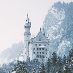 Heavy Snow Storm at Neuschwanstein Castle, Germany. Photo by Princess Aesthetic, Blue Aesthetic, Cinderella Aesthetic, Narnia, Arquitectura Wallpaper, Snk Annie, Shadowhunters, Yennefer Of Vengerberg, Neuschwanstein Castle