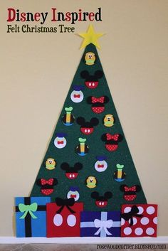 Make a felt Christmas tree with Disney ornaments for young kids! Well, I'd love to decorate this felt tree too (just sayin') (Diy Ornaments For Friends) Disney Christmas Crafts, Mickey Christmas, Disney Crafts, Christmas Activities, Christmas Projects, Holiday Crafts, Christmas Holidays, Christmas Ideas, Papa Noel