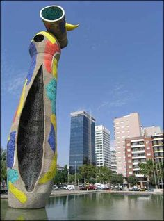 Parc de Joan Miró met het 22 meter hoge beeldhouwwerk Dona i Ocell (Vrouw en Vogel) http://bezoekbarcelona.blogspot.com/2011/08/parc-de-joan-miro.html