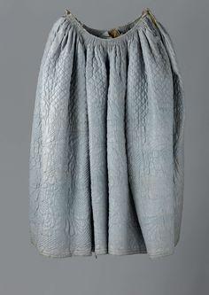 Rok met zijsplitten en bruine linnen voering van blauwe, gewatteerde en doorgestikte zijde, van boven met een ruitpatroon en van onderen met grote bloem- en bladmotieven., anoniem, 1800