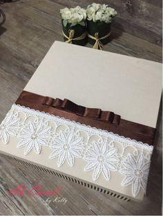 Linda caixa em mdf, com base e tampa revestida em tecido (tricoline 100% algodão). Tampa decorada com renda de guipir com detalhes de fita e laço channel!!!  Ideal para convite ou lembranças finas para madrinhas, padrinhos, mães, avós, tias e amigas.  #caixa #padrinhos #babychandon #convite #casamento #noivas #wedding #bride #madrinha #convites #mdf #decorada #laços #rendas