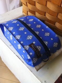 Baby Crafts, Diy And Crafts, Sewing Projects, Projects To Try, Clutch Pattern, Zipper Pouch, Backpack Bags, Handicraft, Baby Kids