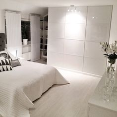 Good Cost-Free white bedroom lighting Suggestions The living space must become a calm getaway, good in order to leisure and also solace, but also functional. White Bedroom, Dream Bedroom, Suites, Minimalist Bedroom, My New Room, House Rooms, Home Decor Inspiration, Decor Ideas, Bedroom Decor