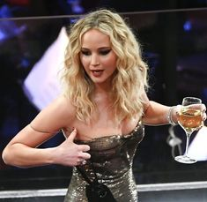 Jennifer Lawrence Photos - Actor Jennifer Lawrence attends the Annual Academy Awards at the Dolby Theatre at Hollywood & Highland Center on March 2018 in Hollywood, California. - Annual Academy Awards - Show Jennifer Lawrence Fotos, Lawrence Photos, Oscar Verleihung, The Big Sick, Best Picture Winners, Dior Gown, Daniel Day, Best Supporting Actor, Girl Short Hair