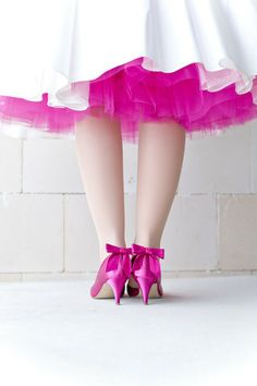 noni- modernes 50s Brautkleid mit pinkem Tüllrock, pinken Brautschuhen mit modischen pinken Schuhclips mit Schleife (Foto: Le Hai Linh, Violeta Pelivan, Hanna Witte) (http://www.noni-mode.de)