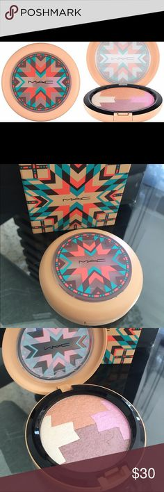 MAC Gleamtones Powder Vibe Tribe Limited Edition M·A·C Gleamtones Powder features a unique color block of four shades in one pan, with hues ranging from coral through champagne and bronze to tangerine. It gives your complexion a well-polished, sheer veil of bronzer, blush or highlighter, blending evenly into your skin. 0.25 oz. MAC Cosmetics Makeup Bronzer
