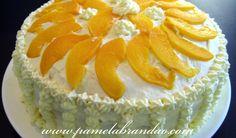 bolo de aniversario comum: bolo com recheio de doce de leite e creme de baunilha?, pedacos de pessego em calda, molhado em suco de laranja, coberto com suspiro clara de neve / chantilly?