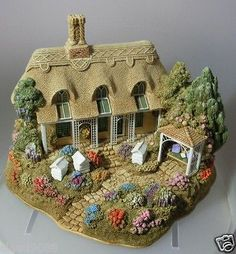 """LILLIPUT LANE """"HONEY BEES  SUMMER BREEZE""""   As having to down size this is the only way I can collect Liliput Lane"""