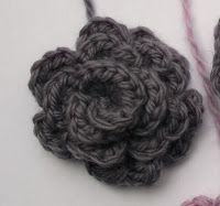 Seems easy enough. Knitting Projects, Crochet Projects, Yarn Crafts, Diy And Crafts, Small Flowers, Loom Knitting, Diy Crochet, Flower Power, Crochet Flowers