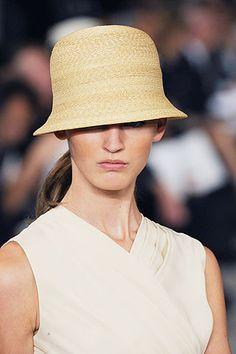 Ya sean masculinos, casquetes o al estilo años cuarenta, los sombreros de rafia irrumpen en la moda de temporada. Presentamos el modelo purista de Ralph Lauren.