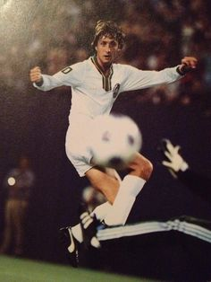 Johan Cruyff, New York Cosmos. Pure Football, Retro Football, World Football, Football Players, Fc Barcelona, North American Soccer League, New York Cosmos, Blue Army, Soccer Boots
