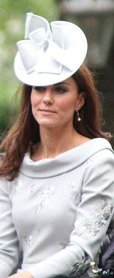 Kate Middleton Duchess of Cambridge in 50's style dress - http://commons.wikimedia.org/wiki/File:Duchess_of_Cambridge,_16_June_2012.JPG
