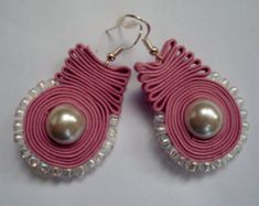 These earrings are made with pink Soutache cord,Swarovski glass pearl,Toho beads and Sterling Silver earring hook. Thank you for watching. Soutache Necklace, Hand Chain, Fabric Jewelry, Diy Earrings, Leather Jewelry, Beaded Embroidery, Bridal Jewelry, Shibori, Pink