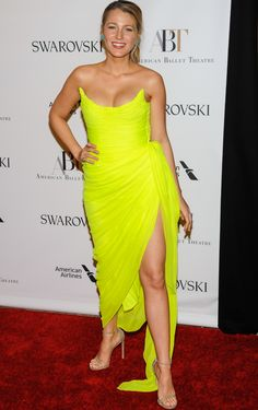 "Blake Lively wearing an Oscar de la Renta gown and Stuart Weitzman ""Nudist"" sandals at the American Ballet Theatre Spring 2017 Gala Blake Lively Style, American Ballet Theatre, Gossip Girl Fashion, Katie Holmes, Sexy Legs, Stuart Weitzman, Beauty Women, Dress To Impress, Strapless Dress Formal"