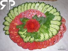 Veggie tray of tomatoes and cucumbers - Kochrezepte - Veggie Recipes Veggie Platters, Veggie Tray, Food Platters, Vegetable Trays, Vegetable Salad, Food Design, Salad Design, Design Design, Vegetable Carving