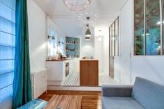 Dans cet appartement, la cuisine est séparée du salon grâce à sa surélévation sur une petite estrade.