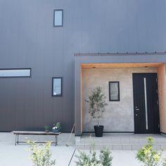ErikaさんはInstagramを利用しています:「. . 玄関のベンチにお花を💐 かわいい〜💕 . 今日はとうとう 雑草に困り果てて#除草剤 をまいてしまった😭 なんだか悪いことした気分😅」 Exterior, House Design, Doors, Interior Design, Outdoor Decor, Facades, Home Decor, Gray, Instagram