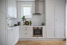 Swedish Interiors, Mid Century Modern Kitchen, Kitchen Styling, Mid-century Modern, Kitchen Design, Kitchen Cabinets, Interior Design, Room, House