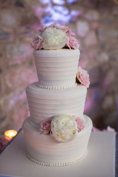 Gorgeous cake décor from The Flower Studio #silverleafclubweddings #amymancusoweddings #Scottsdale #nicolemoshiriphotography
